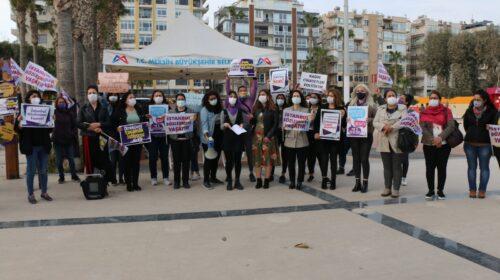 """Kadınlar, İstanbul Sözleşmesi için nöbette Mersin Kadın Platformu, İstanbul Sözleşmesi'nden vazgeçmediklerini söyleyerek bundan sonra her Çarşamba günü Özgecan Aslan Meydanında nöbet eylem gerçekleştirdiklerini duyurdu. Özgecan Aslan Meydanında nöbet çadırı kurarak İstanbul Sözleşmesi ile ilgili bilgilendirme yapan kadınlar, sözleşmenin feshedilmesi ile ilgili kararı tanımadıklarını söyleyerek """"Ne kararın kendisinin, ne de kararı alma şeklinin eşit yurttaşlık anlamında kabul edilebilir bir tarafı olmadığı için nöbetteyiz"""" dedi. """"Madem sözleşme tehditti neden imzaladınız?"""" Mersin Kadın Platformu adına konuşan Fatoş Sarıkaya,""""10 yılda İstanbul sözleşmesi ve maddeleri değişmediğine göre ne değişti?"""" diyerek karara tepki gösterdi. Kadınların, LGBTİ+ların ve çocukların yaşam güvencesi olan sözleşmeden vazgeçmeyeceklerini bildirmek için nöbette olduklarını söyleyen Sarıkaya, """"Günde en az 3 kadının öldürüldüğü, sistematik bir cinskırımından söz ettiğimiz bu dönemde, bu vahim durumu gidermek adına sözleşmenin daha iyi nasıl uygulanabileceğine dair politikalar üretmeniz gerekirken İstanbul Sözleşmesi'nden çıkma kararını yayınlıyorsunuz. Bizler yaşamımızı tehdit eden bu kararı tanımıyoruz"""" diye konuştu. """"LGBTİ+lar kriminalize ediliyor"""" Fatoş Sarıkaya; örf, adet, gelenek ve aile yapısı bahane edilerek LGBTİ+ların hedef gösterildiğini belirterek şunları dile getirdi: Bu ülkede yaşayan kadınlar ve LGBTİ+ ların en temel hakkı olan yaşam hakkını, devlete ve güvenlik güçlerine rağmen erkekler hangi cüretle elinden alabiliyor? Faillerin hesap vermesi gerekmez mi? İşi güvenliği sağlamak olan ilgili kurumların işlerini neden doğru yapmadıklarının hesabını vermesi gerekmez mi? Adaleti ve toplumsal huzuru sağlaması gereken iktidarın hesap vermesi gerekmez mi? Tam da bu sebeple kadınların ve LGBTİ+ların ortak mücadelesini baltalamak maksatlı yine örf, adet, gelenek ve aile yapısı bahane edilerek LGBTİ+lar kriminalize edilip, hedef gösteriliyor. Kimsenin cinsiyet kimliği, cinsel yönelimi """