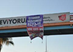 Mersin'de kadınlar İstanbul Sözleşmesi pankartı sallandırdı